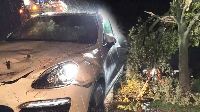 Heftige Unwetter im Nordwesten: Baum stürzt auf Porsche