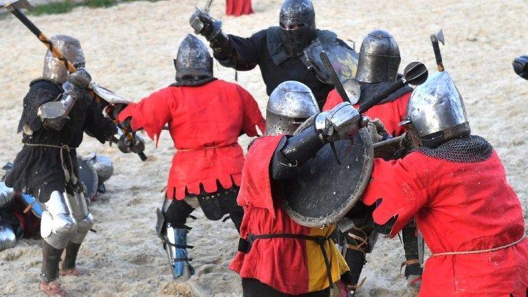 Klirrende Schwerter bei der Mittelalter-Kampf-WM in der Ukraine