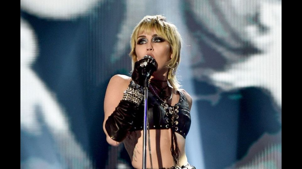 Miley Cyrus kündigt Super Bowl-Auftritt an