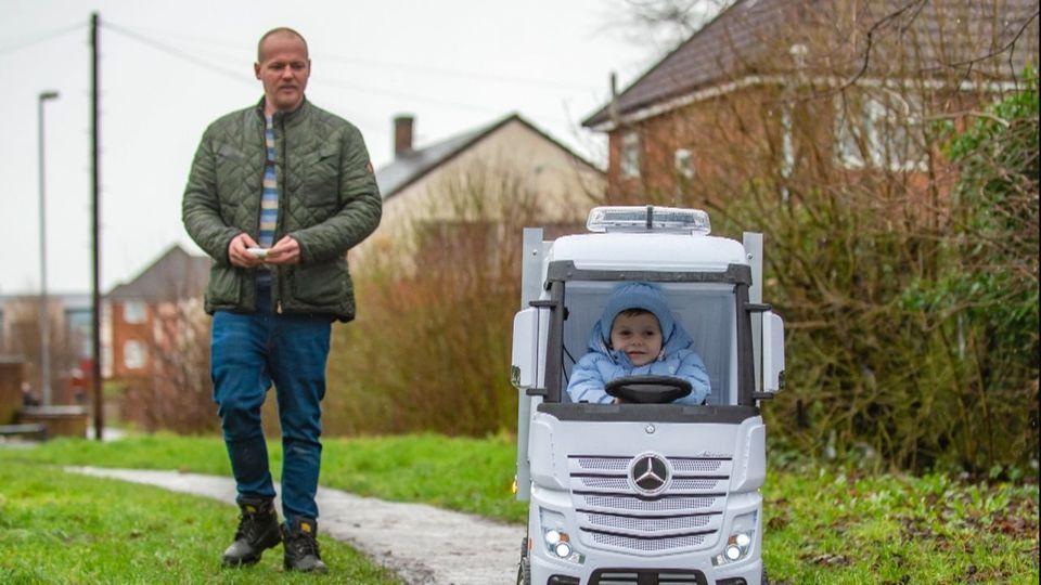LKW-Fahrer in spe: Vierjähriger erhält handgefertigten Mercedes-Truck